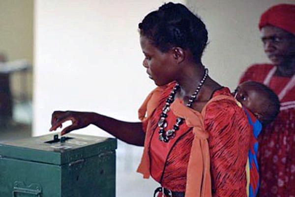 Africa_democracywomanvoting